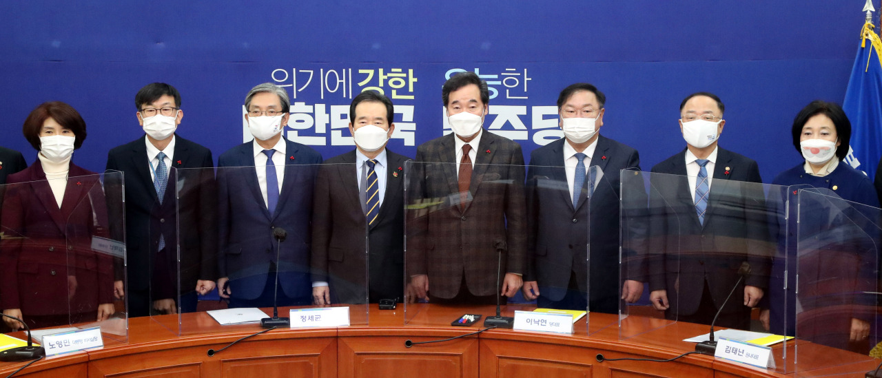 Key participants of a high-level meeting between Cheong Wa Dae, the government and the ruling party pose for photos at the National Assembly in Seoul on Sunday. (Yonhap)