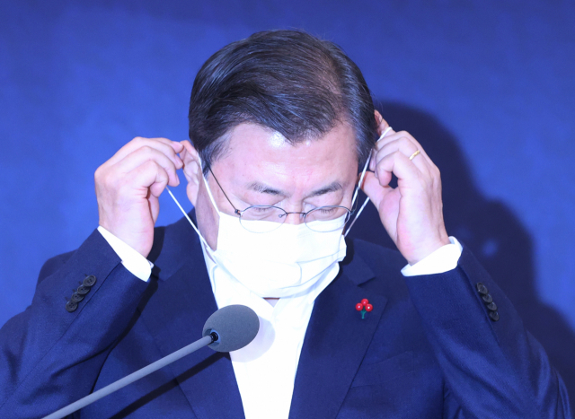 President Moon Jae-in takes off his mask before speaking at the third plenary meeting of the Presidential Advisory Council on Science and Technology held at Cheong Wa Dae in Seoul on Dec. 21, 2020. (Yonhap)