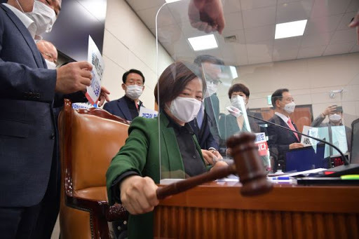 Rep. Jin Sun-mee, the chairwoman of the National Assembly's Land, Infrastructure and Transport Committee, passes a confirmation report on Land Minister nominee Byeon Chang-heum during a committee meeting on Monday. (Yonhap)