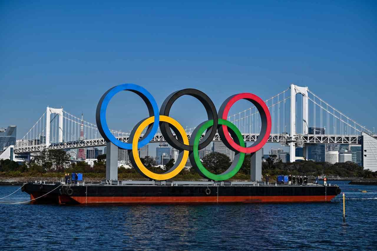 This file photo shows the Olympic Rings being reinstalled at the waterfront in Tokyo on Dec. 1. (AFP-Yonhap)