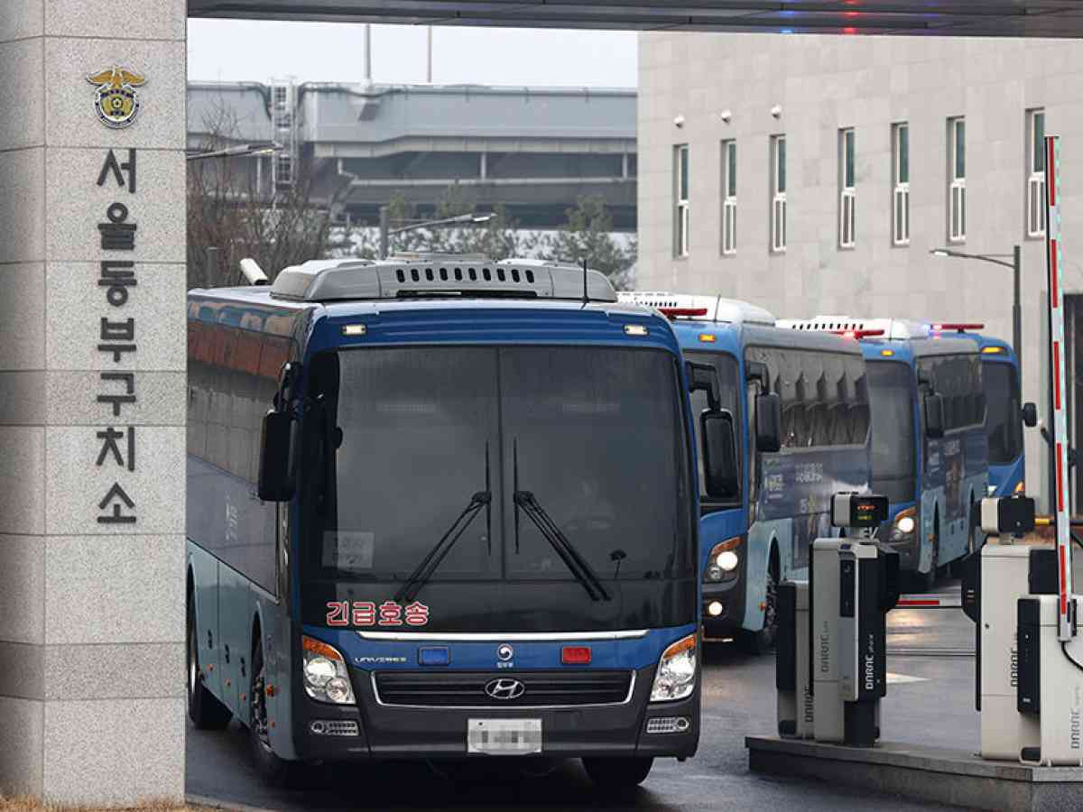 Buses carrying inmates infected with the new coronavirus leave Dongbu Detention Center in eastern Seoul on Monday, to transfer them to a correctional facility in Cheongsong, about 320 kilometers southeast of Seoul. (Yonhap)