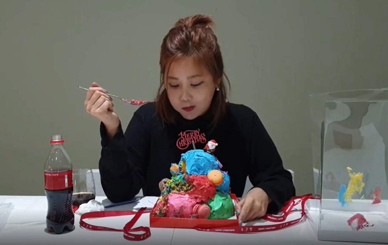 A screenshot shows Kwon Ji-an eating her controversial cake. (Instagram)