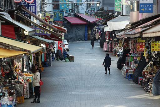 This file photo, taken Dec. 17, 2020, shows only a few people at Namdaemun Market in central Seoul, one of South Korea's biggest traditional markets, amid the third wave of the new coronavirus outbreak. (Yonhap)