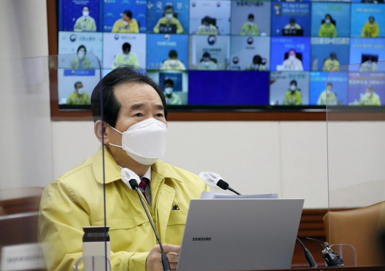Prime Minister Chung Sye-kyun presides over an interagency meeting on the COVID-19 response at the government office complex in Seoul on Thursday. (Yonhap)