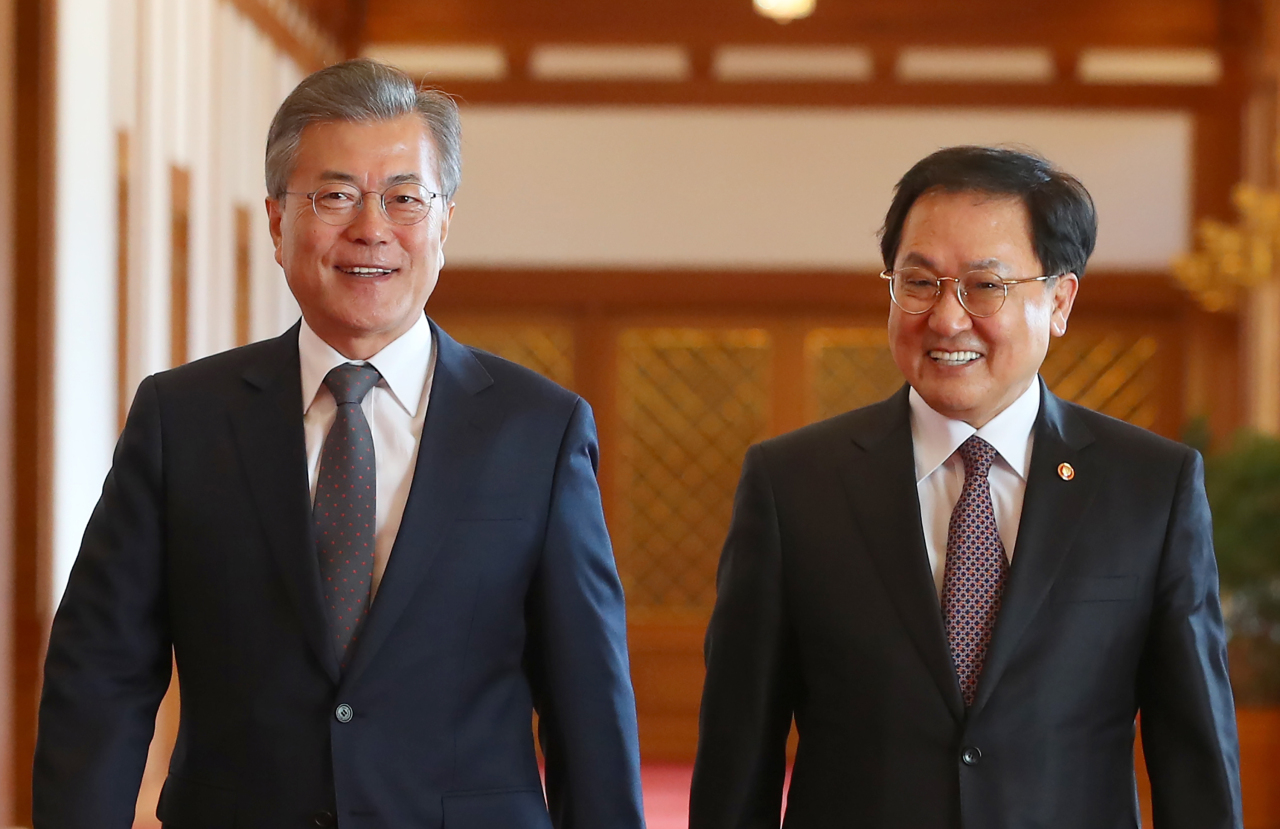 President Moon (L) and You Young-min (R) (Yonhap)