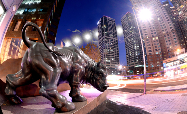 A bull statue in front of the Korea Financial Investment Association headquarters in Seoul. (Herald DB)