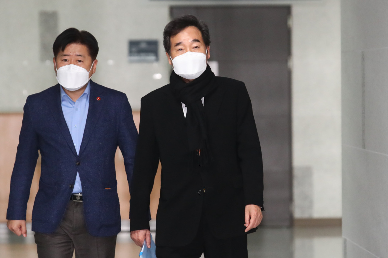 Democratic Party Chairman Lee Nak-yon (R) enters his office at the National Assembly in Seoul on Sunday, ahead of a meeting with senior members of the party. (Yonhap)
