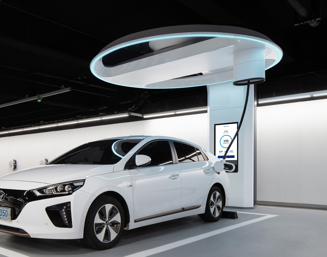 An electric vehicle is connected to Hi-Charger, an exclusive ultrahigh speed charger developed by Hyundai Motor. (Hyundai Motor)