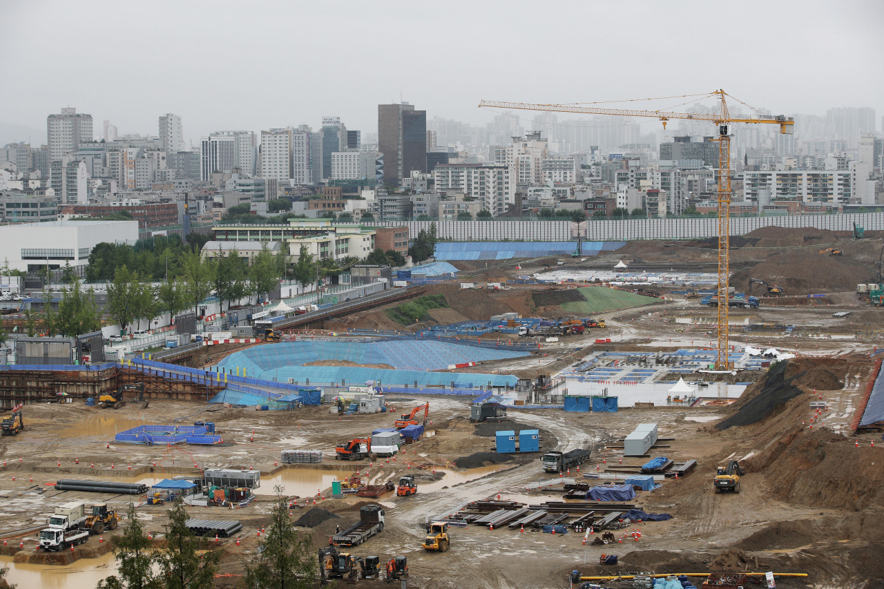 This undated file photo shows an apartment construction site in Seoul. (Yonhap)