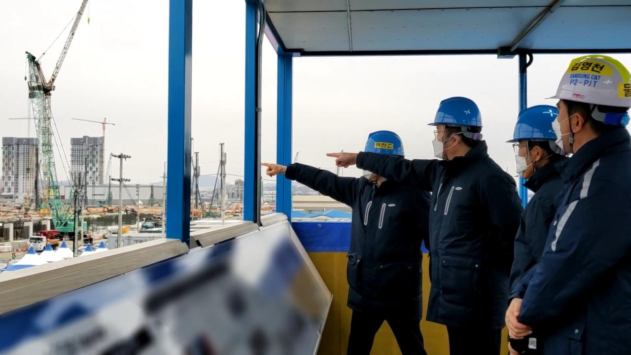 Samsung Vice Chairman Lee Jae-yong checks out the P3 construction site in Pyeongtaek, Gyeonggi Province, on Monday. (Samsung Electronics)