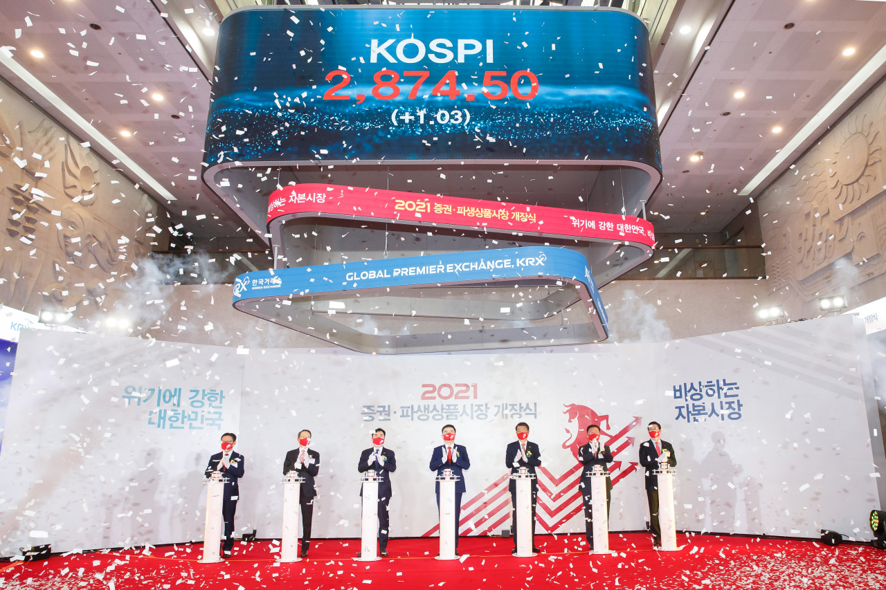 Sohn Byung-doo (fourth from left), chairman and chief executive of the Korea Exchange, and others attend a ceremony in Seoul on Monday to mark the 2021 opening of the country's stock markets in the morning. (The Financial Services Commission)