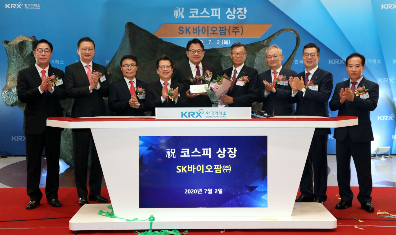 Korea Exchange CEO Jung Ji-won (fourth from left), SK Biopharmaceuticals CEO Cho Jeong-woo (fifth from left) and the related executives clap during the bio firm's stock market listing ceremony at the KRX headquarters building in Seoul on July 2, 2020. (KRX)