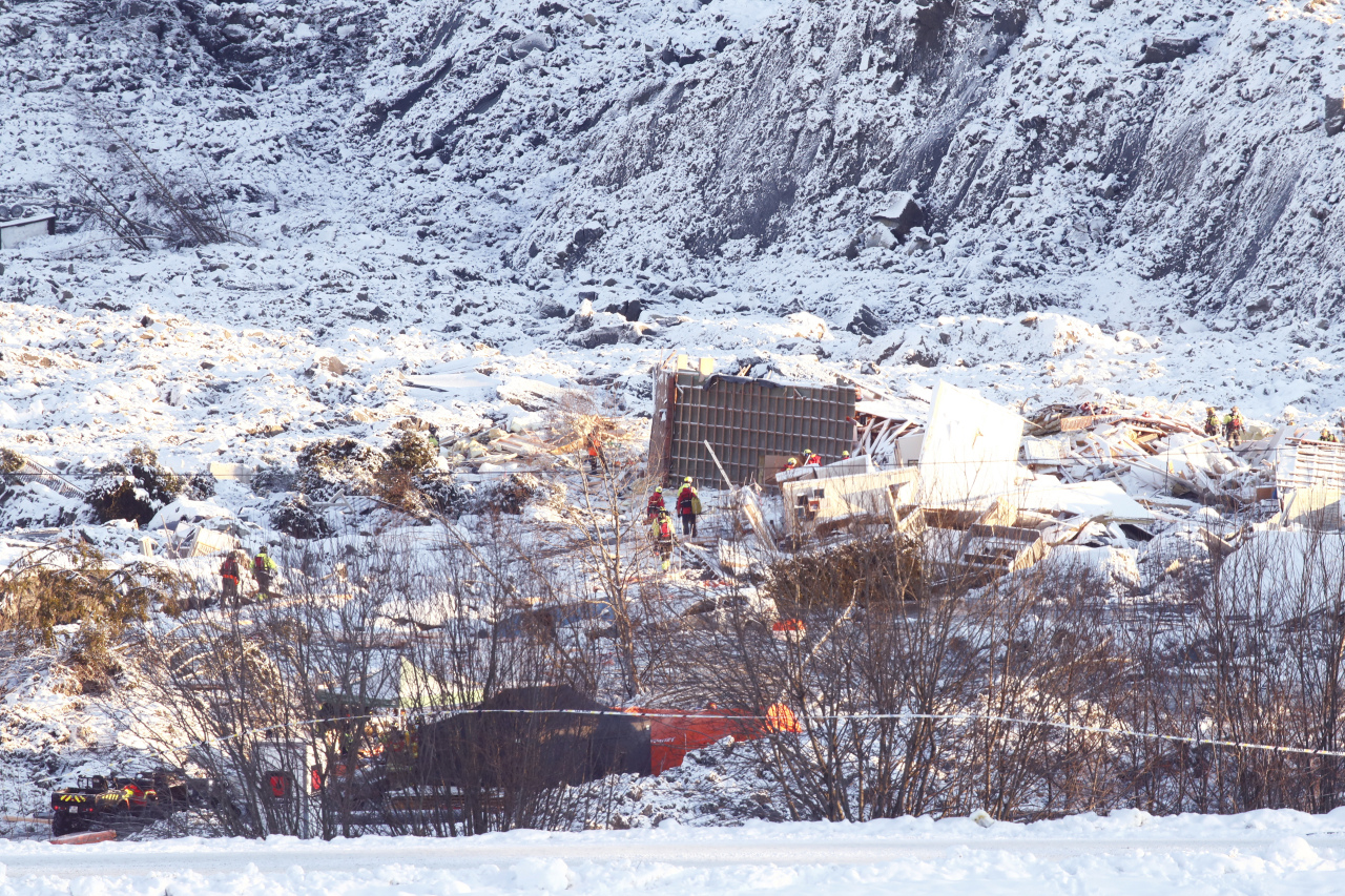 Rescue workers continue their efforts on the site of a major landslide in Ask, Norway, Monday. (AP-Yonhap)
