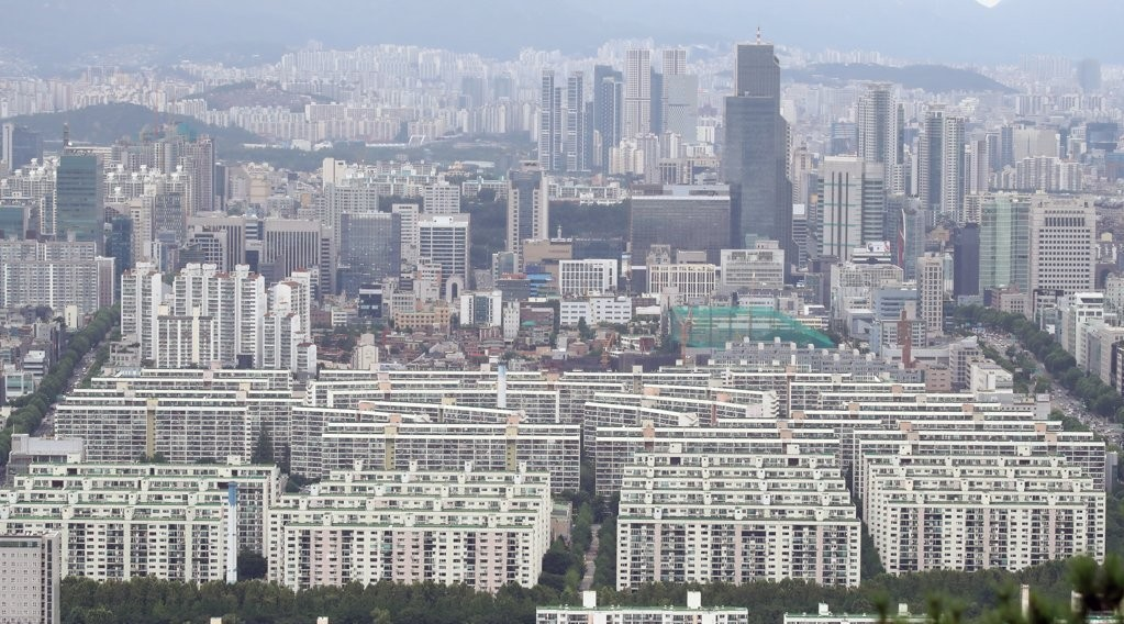 The photo shows apartment complexes in Seoul on July 28. (Yonhap)