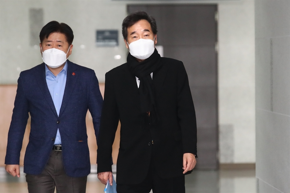 This file photo shows Democratic Party Chairman Lee Nak-yon (R) arriving at the National Assembly in Seoul on Sunday, ahead of a meeting with senior members of the party. (Yonhap)