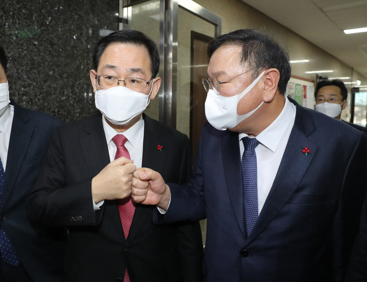 Reps. Kim Tae-nyeon (right) and Joo Ho-young, floor leaders of the ruling Democratic Party of Korea and People Power Party, agree Tuesday to hold a parliamentary plenary session this week to deal with pending issues including the industrial accident bill. (Yonhap)