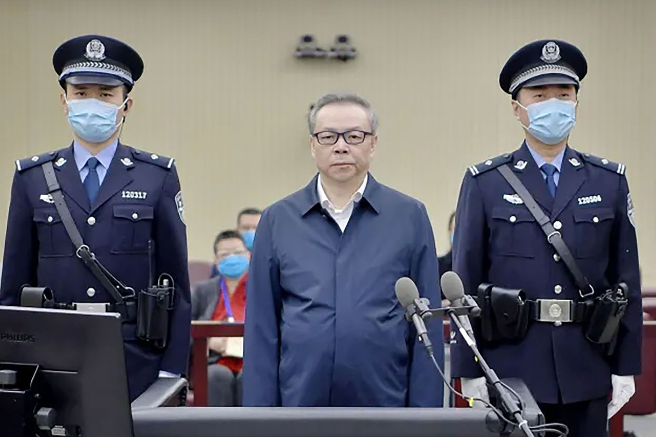 Lai Xiaomin (center), former chairman of China Huarong Asset Management, stands during his trial at the Second Intermediate People's Court in Tianjin in August, 2020. (AFP-Yonhap)