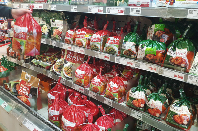 Packaged kimchi products are displayed at a supermarket in central Seoul in this file photo taken on Oct. 9, 2020. (Yonhap)