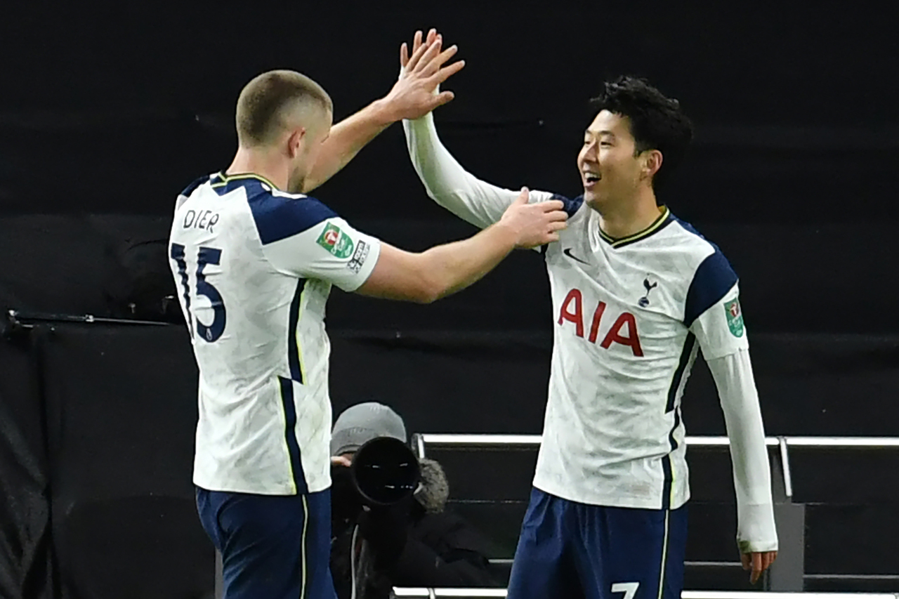 In this AFP Press photo, Son Heung-min of Tottenham Hotspur (R) celebrates with teammate Eric Dier after scoring his team's second goal against Brentford during the semifinal match of the English League Cup at Tottenham Hotspur Stadium in London on Tuesday. (AFP-Yonhap)