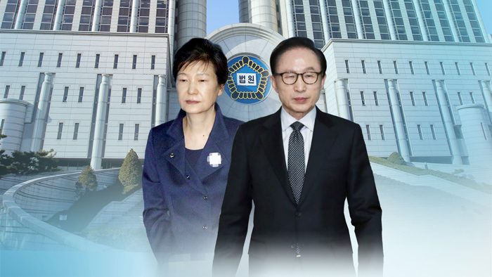 This composite image produced by Yonhap News TV shows Park Geun-hye (L) and Lee Myung-bak, two former presidents currently in jail for corruption charges. (Yonhap)