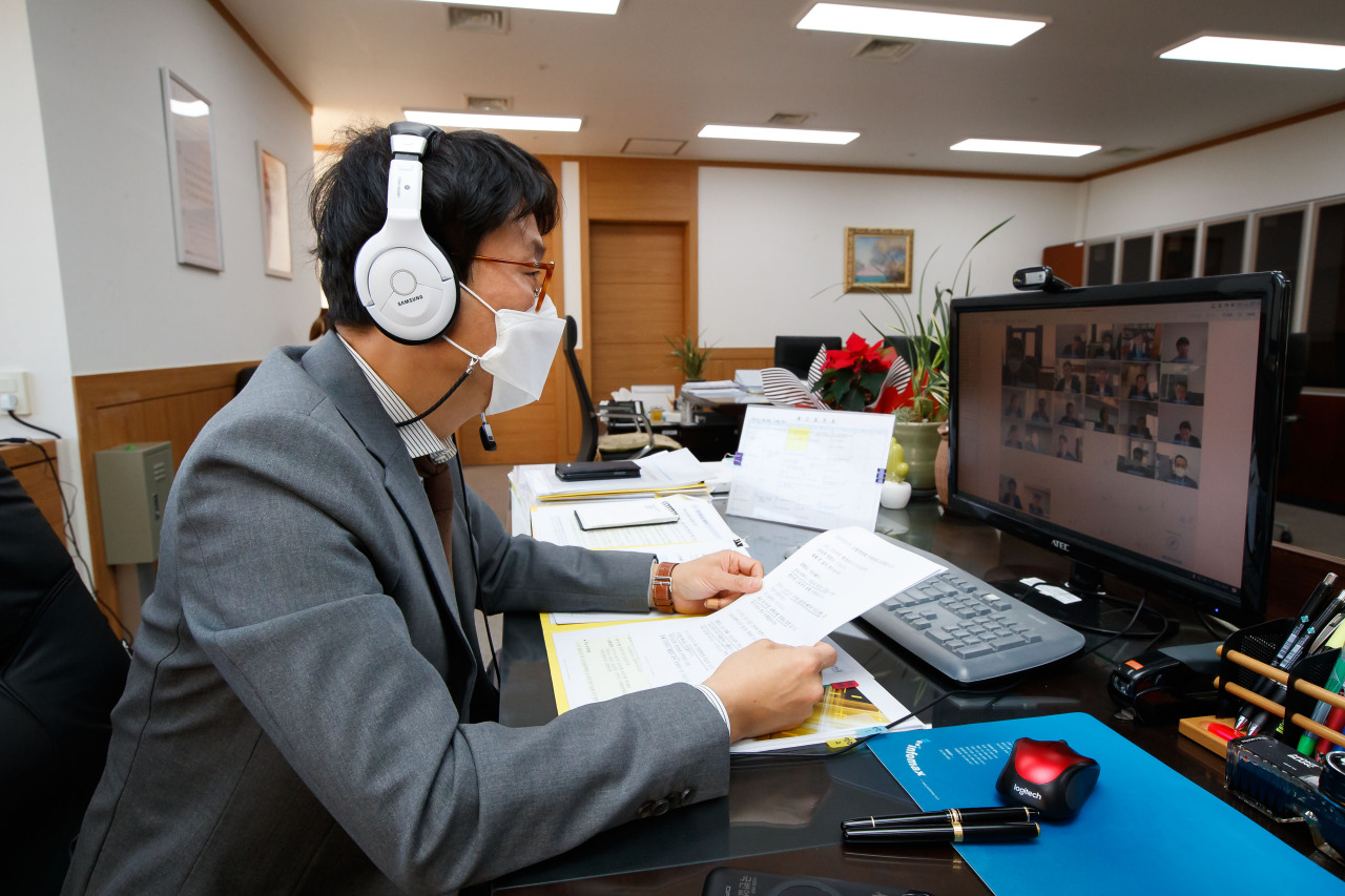 FSC Vice Chairman Doh Kyu-sang speaks at an online meeting with financial experts held at the government office complex in Seoul on Wednesday. (Financial Services Commission)