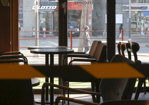 A cafe in eastern Seoul is empty on Tuesday, with government restrictions banning dining in due to the coronavirus pandemic. (Yonhap)