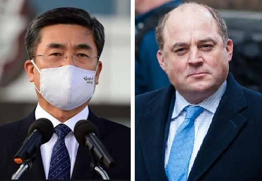 Korea's Defense Minister Suh Wook (left) and Britain's Defence Secretary Ben Wallace (Yonhap)