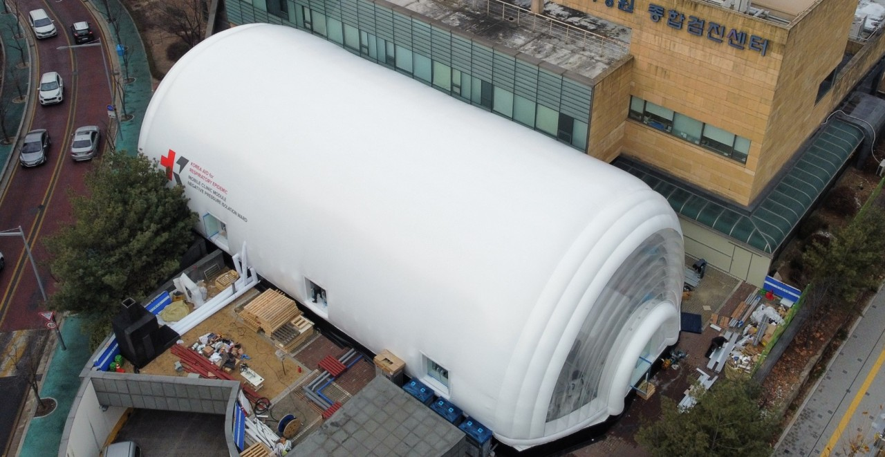 A negative pressure ward built from mobile clinic modules developed by KAIST is seen at the Korea Institute of Radiological Medical Sciences in Seoul. (KAIST)