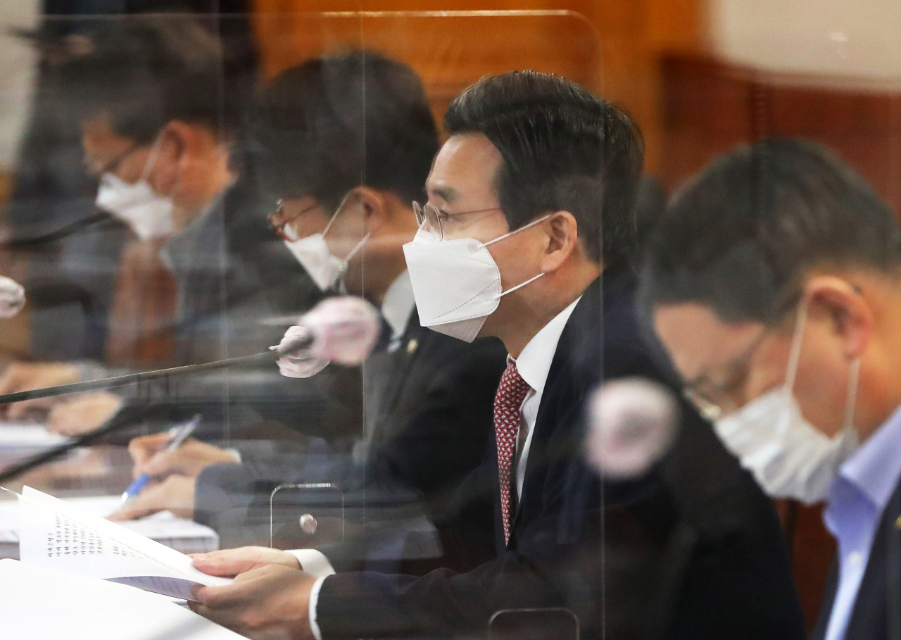 Vice Finance Minister Kim Yong-beom (second from right) speaks during a macroeconomic finance meeting held at the Korea Federation of Banks in central Seoul, Thursday. (Yonhap)