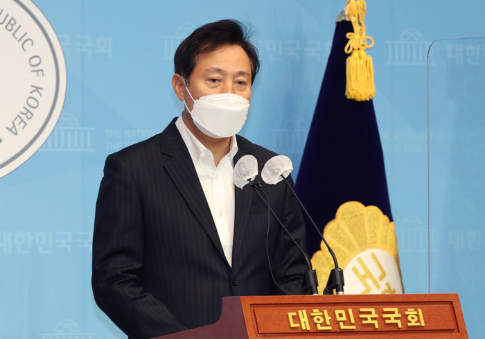 Former Seoul Mayor Oh Se-hoon announces his conditional bid to run for reelection during a press conference on Thursday, at the National Assembly in Seoul. (Yonhap)