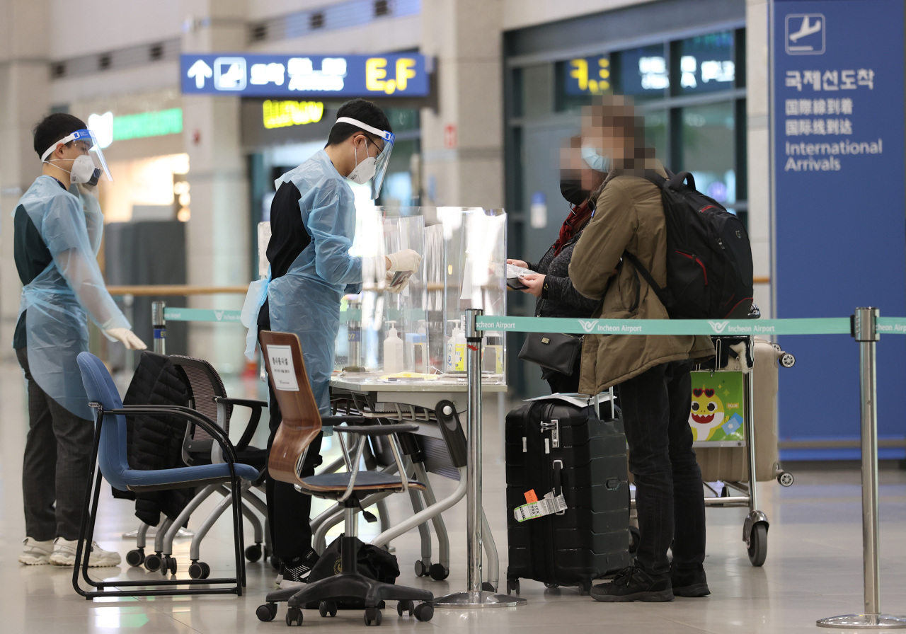 Passengers are guided upon entry at the Incheon International Airport on Sunday. (Yonhap)
