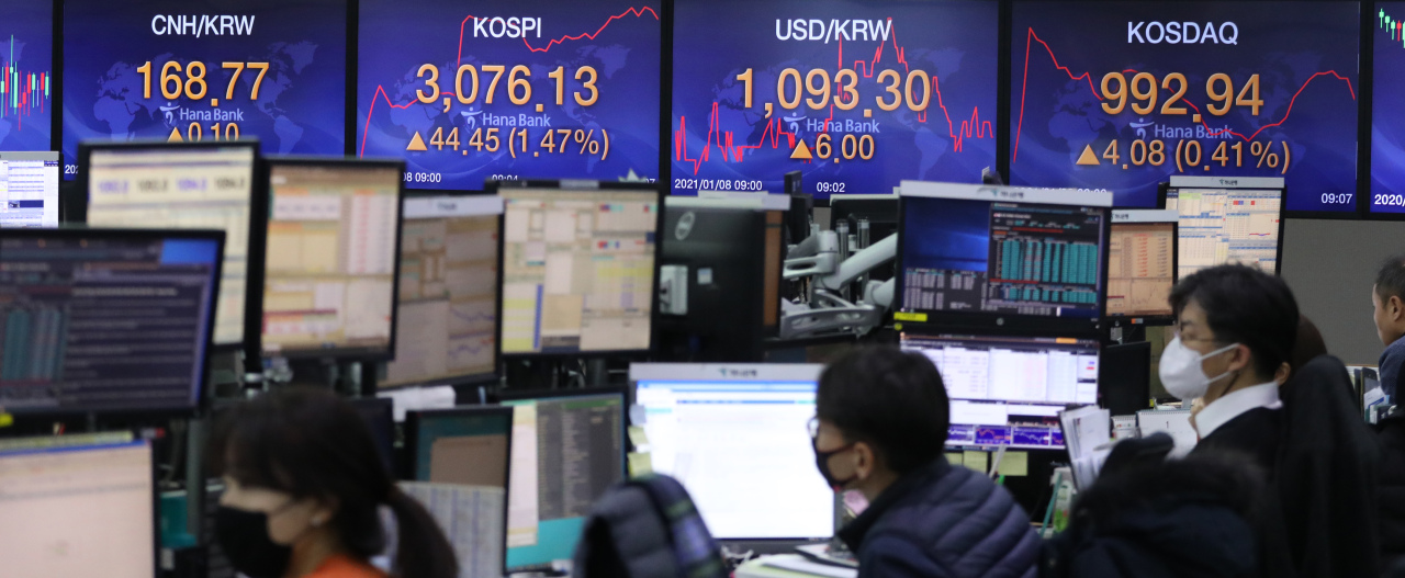 The benchmark Korea Composite Stock Price Index (Kospi) figures are displayed at a dealing room of a local bank in Seoul, Frdiay. (Yonhap)