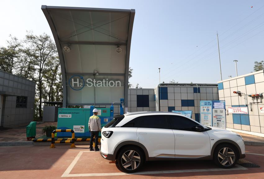 This file photo, taken on Oct. 19, 2020, shows a hydrogen car being charged at a filling station in Seoul. (Yonhap)