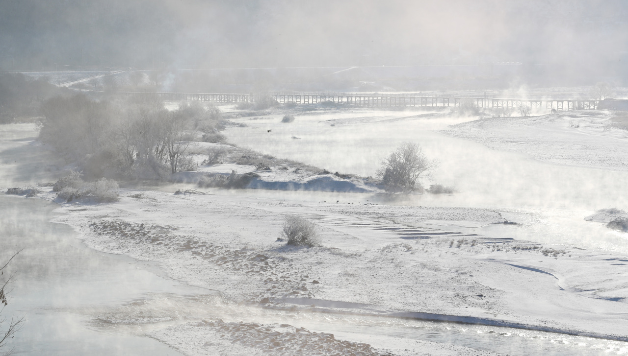 Banks of Geum River near Sejong City is covered in snow as record cold wave grips the country on Friday. (Yonhap)
