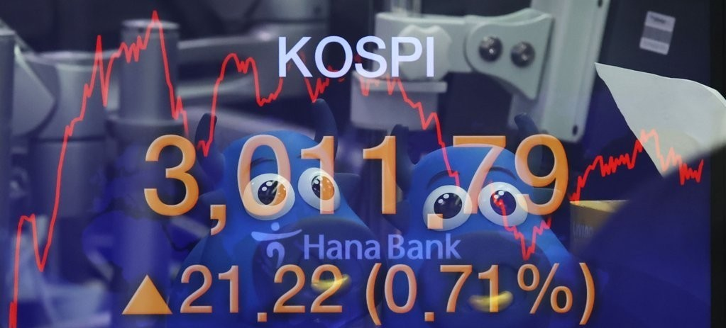Electronic signboards at a Hana Bank dealing room in Seoul show the benchmark Kospi surpassing the 3,000 mark for the first time on Wednesday. (Yonhap)