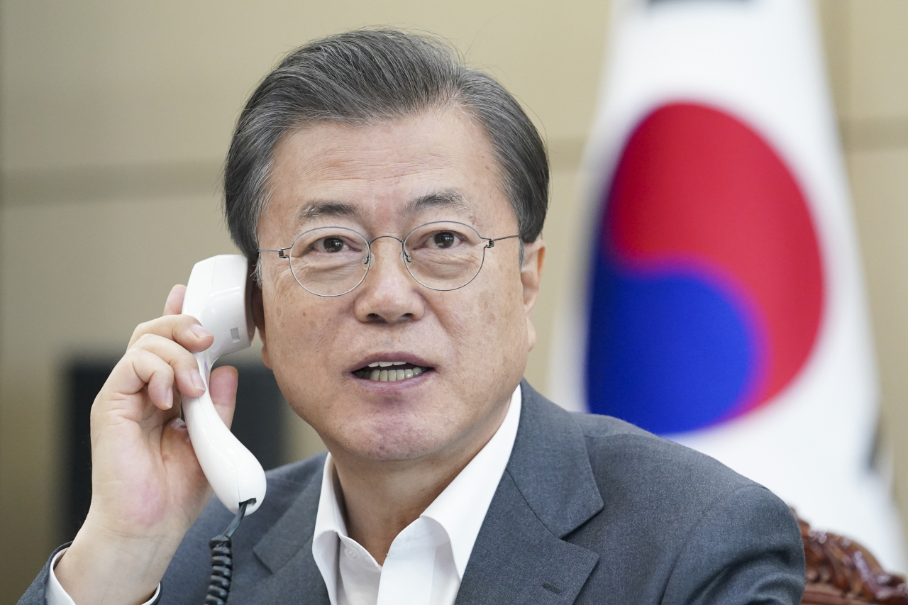 This file photo, provided by Cheong Wa Dae, shows President Moon Jae-in speaking on the phone with WHO Director-General Tedros Adhanom Ghebreyesus at his office in Seoul on April 6, 2020. (Cheong Wa Dae)