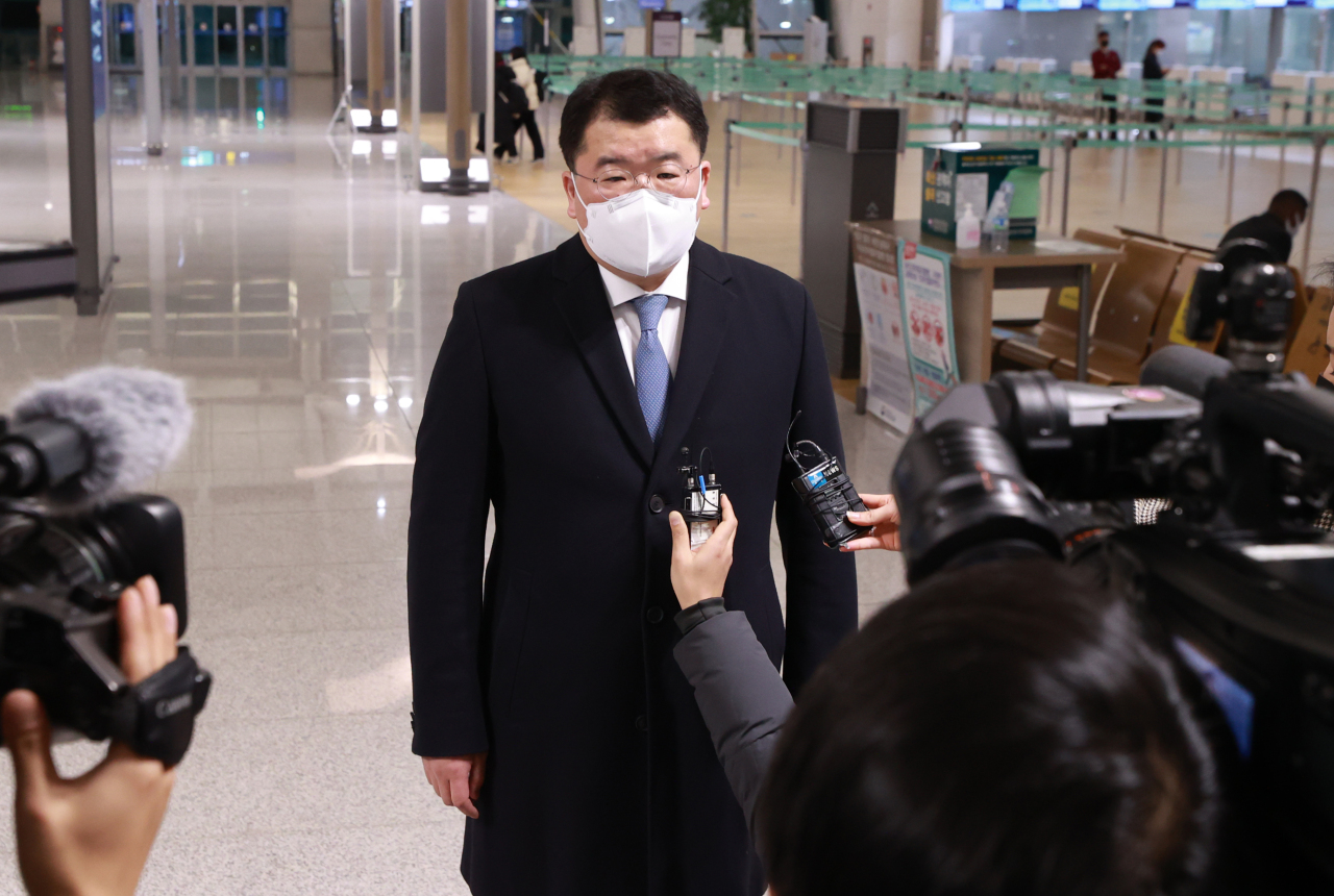 First Vice Foreign Minister Choi Jong-kun speaks to the reporters at Incheon International Airport, west of Seoul, before boarding his flight to Iran. (Yonhap)
