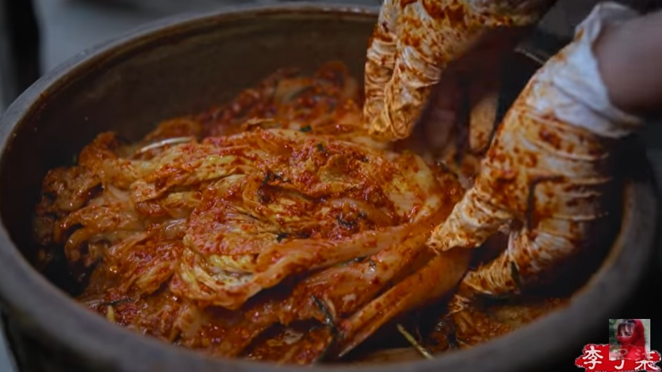 YouTuber Li Ziqi's makes kimchi in her latest video (YouTube)