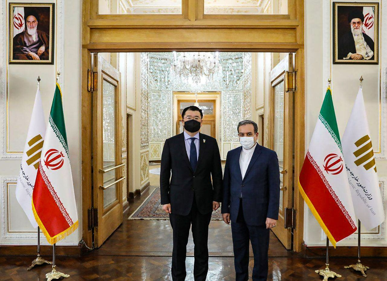 South Korea`s Vice Foreign Minister Choi Jong-kun (left) meets his Iranian counterpart Abbas Araghchi, in Tehran. (Iranian Foreign Ministry/AFP)