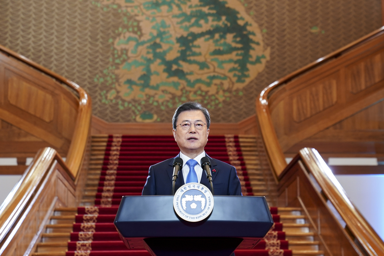 President Moon Jae-in delivers his New Year's address at Cheong Wa Dae in Seoul on Monday. (Yonhap)