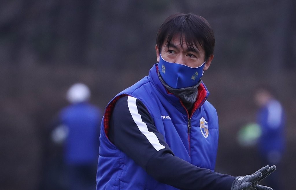 Hong Myung-bo, head coach of Ulsan Hyundai FC, directs his players during a practice session at Gangdong Football Stadium in Ulsan, 415 kilometers southeast of Seoul, on Jan. 11. (Yonhap)