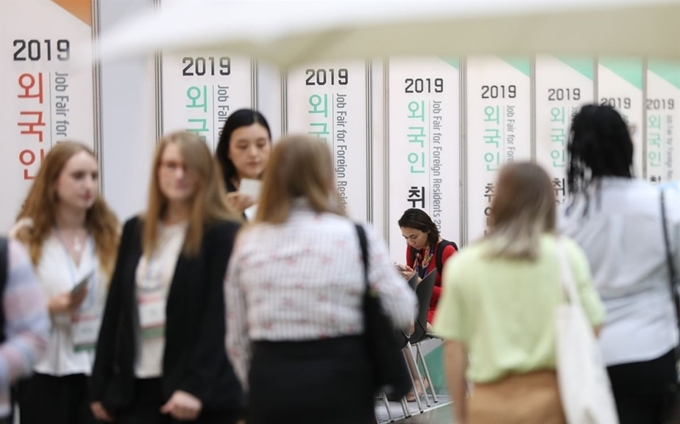 A job fair for foreigners is held at Coex in Samseong-dong, Seoul in September 2019. (Yonhap)