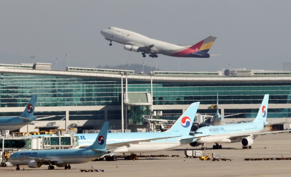 An airplane is seen flying at Incheon Airport. (Yonhap)