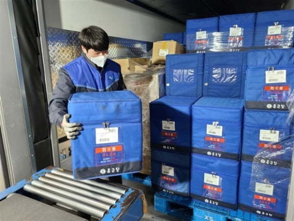 A Yongma Logis employee loads pharmaceuticals into a temperature-controlled warehouse at the company's Anseong center. (Yongma Logis)