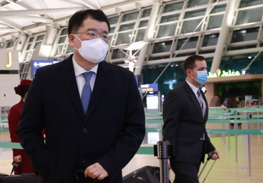 This photo, taken on Saturday, shows Vice Foreign Minister Choi Jong-kun preparing to depart for Iran at Incheon International Airport, west of Seoul. (Yonhap)