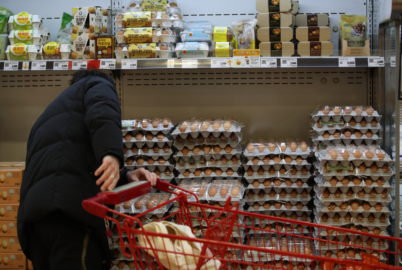 A shopper purchases eggs at a supermarket in central Seoul on Tuesday. (Yonhap)