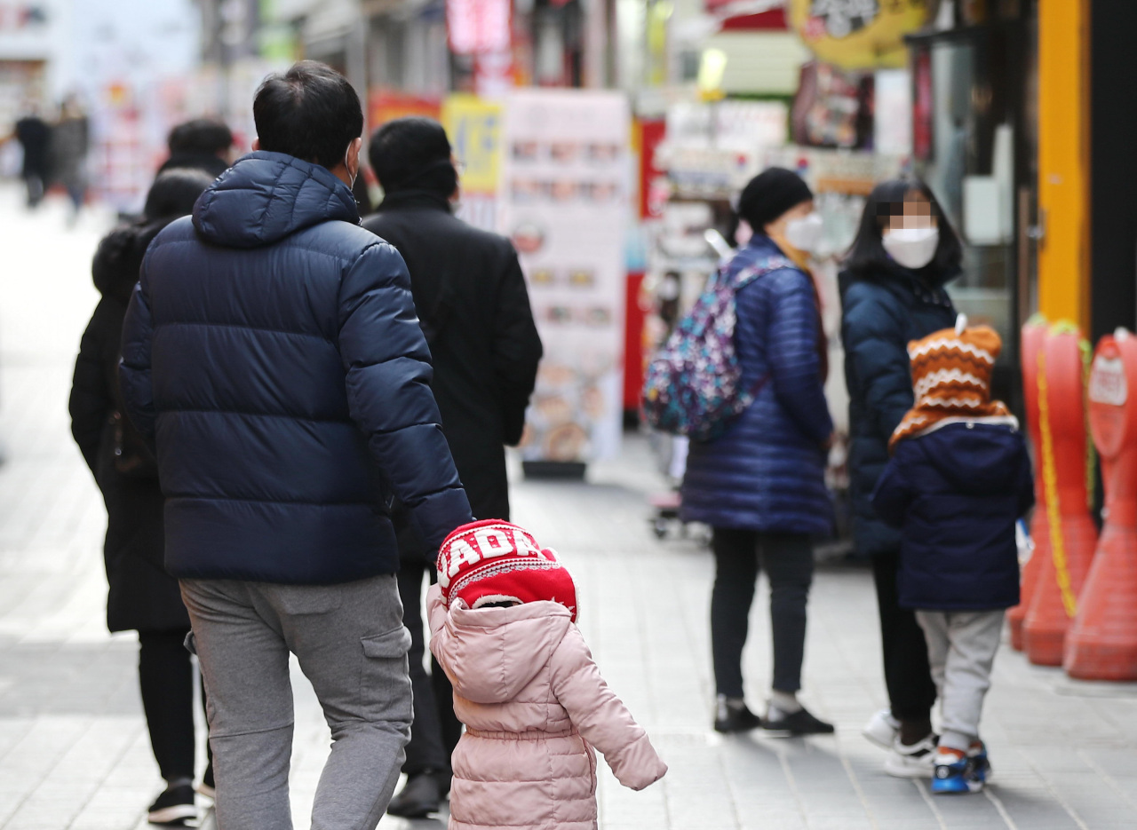 Pedestrians are seen walkingalong an alley in Myeong-dong shopping district in Seoul on Jan. 3. (Yonhap)