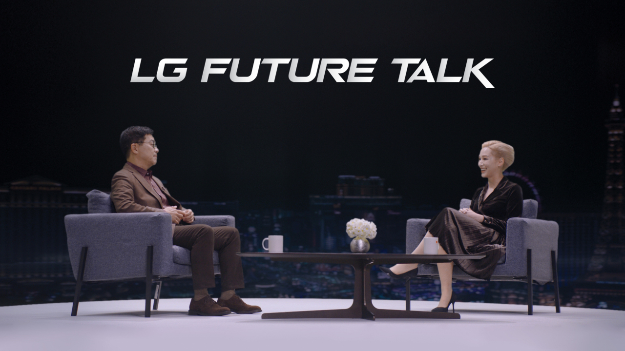 LG Electronics Chief Technology Officer Park Il-pyung (left) talks with the event host Amy Aleha at LG Future Talk (Yonhap)