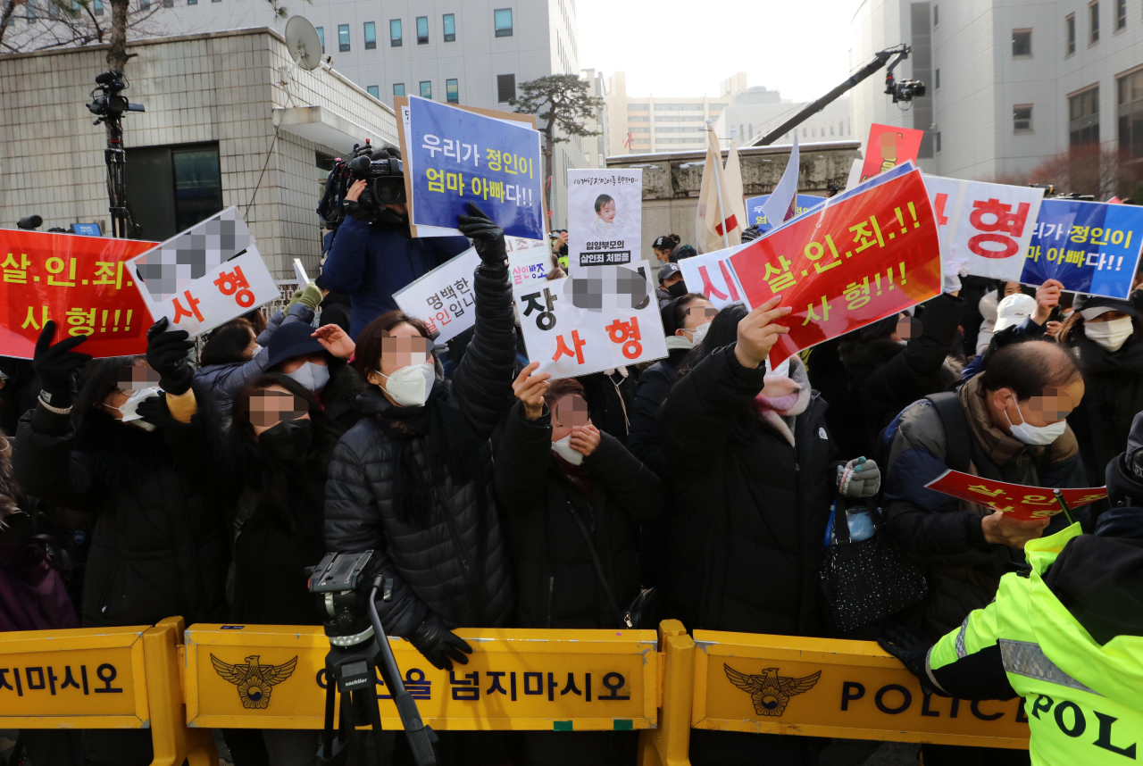 Demonstrators gather in front of the Seoul Southern District Court to demand staunch punishments Wednesday, as the first hearing was held for the adoptive parents of a 16-month-old girl who allegedly died from months of child abuse last year. (Yonhap)
