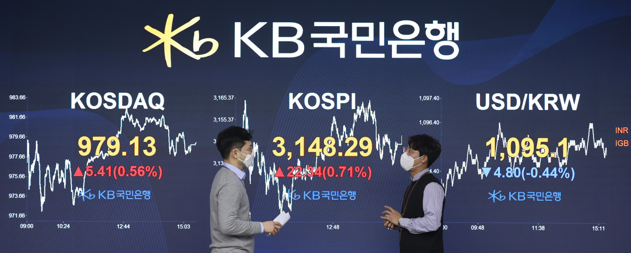 An electronic signboard at a KB Kookmin Bank dealing room in Seoul shows the benchmark Korea Composite Stock Price Index (KOSPI) closed at 3,148.29 on Wednesday, up 22.34 points or 0.71 percent from the previous session's close. (Yonhap)